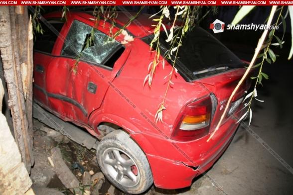 Արարատի մարզում պայմանագրային զինծառայողը Opel-ով բախվել է ուռենուն, այնուհետև՝ սննդի օբյեկտի փայտե պարսպին. կա վիրավոր (տեսանյութ)
