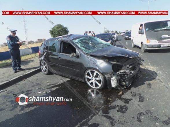 Երևանում Volkswagen Golf-ը բախվել է բազալտե եզրաքարին, այնուհետև տապալել բետոնե արգելապատնեշն ու մի պտույտ շրջվելով՝ հայտնվել ճանապարհի մեջտեղում