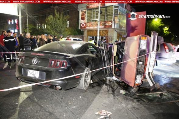 Երևանում «Գրանդ Սպորտ»-ի մոտ բախվել են Mustang-ը, Toyota-ն ու «04»-ը, վերջինը կողաշրջվել է, կա վիրավոր (տեսանյութ)