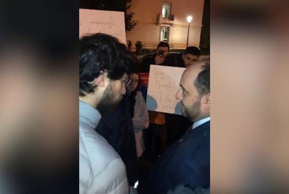 Ֆրանսիայում Արայիկ Հարությունյանին հայ երիտասարդները դիմավորել են ցույցով