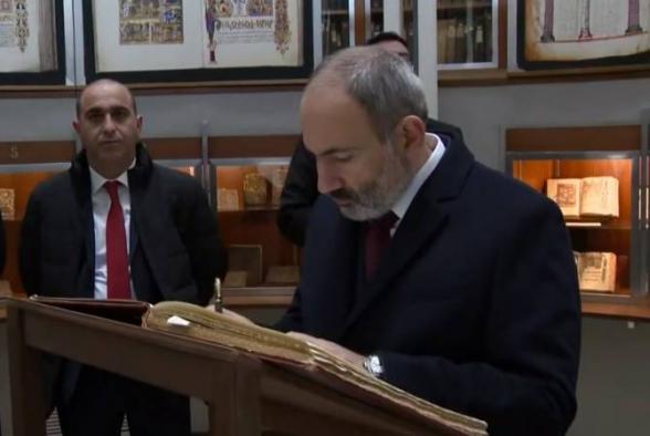 Никол Пашинян в Кафедральном соборе Конгрегации Мхитаристов сделал запись в «Золотой книге» (видео)