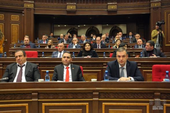 Депутаты от ППА в знак протеста покинули зал заседаний парламента