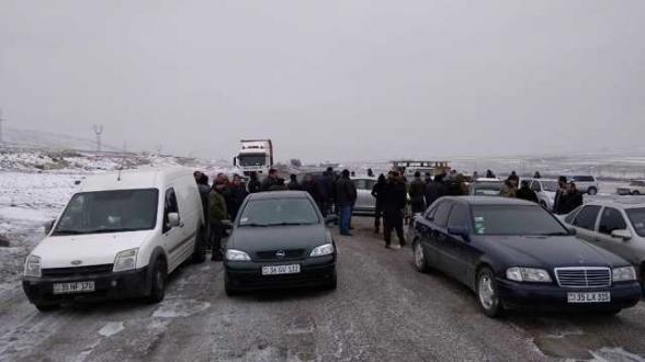 Սպանդանոցների դեմ բողոքող Բագրավանի բնակիչները փակել են Գյումրի-Արմավիր ճանապարհը (լուսանկար, տեսանյութ)