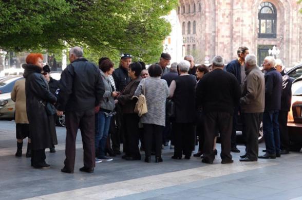 Բողոքի ակցիաներ կառավարության շենքի մոտ (տեսանյութ)