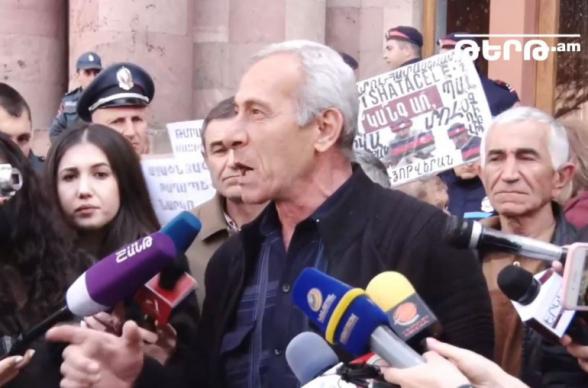 Այսօր էլ ինձ չլսեն, կտրուկ քայլերի եմ դիմելու. դաժան ծեծի ենթարկված փոխգնդապետ Արա Մխիթարյանի հայրը Կառավարության դիմաց բողոքի ակցիա էր անում, պահանջում էր հանդիպում վարչապետի հետ (տեսանյութ)