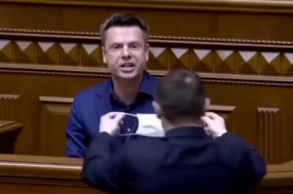 Զելենսկուն տվեք․ Ռադայում Պորոշենկոյի կողմնակցի բերանը փորձել են բժշկական դիմակով փակել