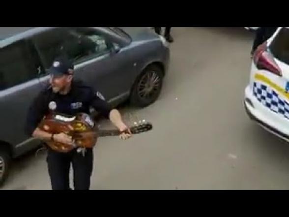 Իսպանիայում ոստիկանները երգում են բնակիչների համար