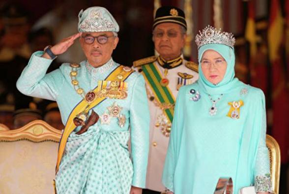 Король и королева Малайзии ушли на карантин