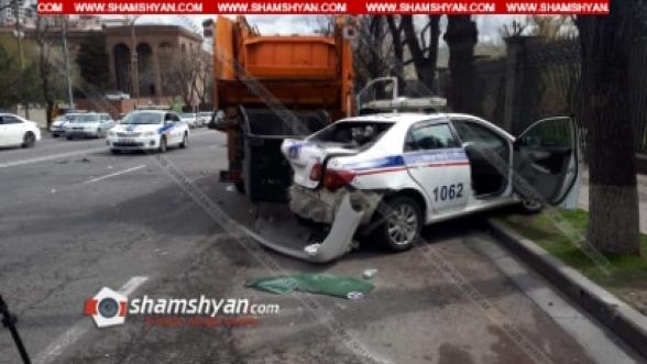 Ազգային ժողովի դիմաց Mercedes-ը բախվել է ճանապարհային ոստիկանի ավտոմեքենային, վերջինս էլ՝ աղբատար բեռնատարին. կա վիրավոր (տեսանյութ)