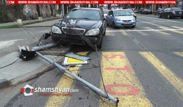 Երևանում բախվել են Ford-ն ու Mercedes-ը, Mercedes-ն էլ տապալել է խաչմերուկը կարգավորող և ինտերնետային կապի համար նախատեսված երկաթե սյունը