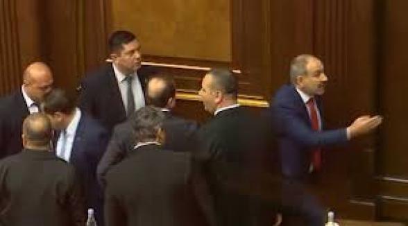 Как Никол Пашинян «духовито» сбежал во время драки в НС: новые кадры