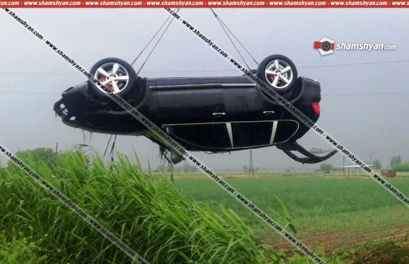 Ավտովթար Արմավիրի մարզում. «Porsche Cayenne»-ը, գլխիվայր շրջվելով, հայտնվել է դաշտում