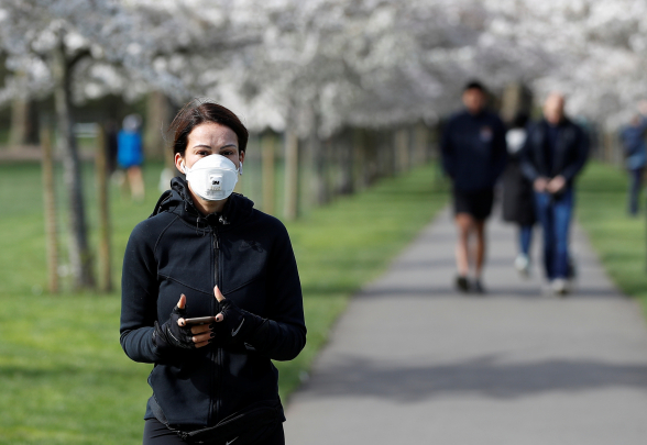Медицинские маски бесполезны на улице – ученый
