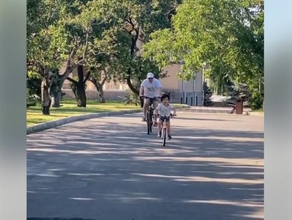 Роберт Кочарян катается с внуком на велосипеде