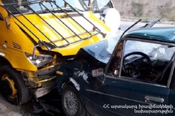 Կապան քաղաքում «ՎԱԶ-2106» մակնիշի ավտոմեքենան բախվել է կայանած ավտոքարշակին․ կա տուժած