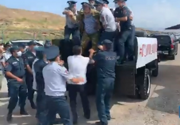 ՎԵՏՕ-ին թույլ չտվեցին ավտոերթ անել․ բերման ենթարկեցին ակցիայի մասնակիցներին (տեսանյութ)