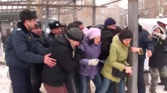 Կարո՞ղ եք գուշակել, թե իշխանականներից ով էր 2012-ին գրկել Մաշտոցի պուրակի բուտիկի սյունը