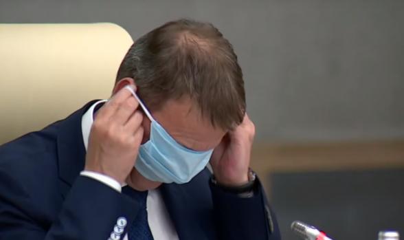 Мэр Барнаула попытался надеть медицинскую маску вместо очков