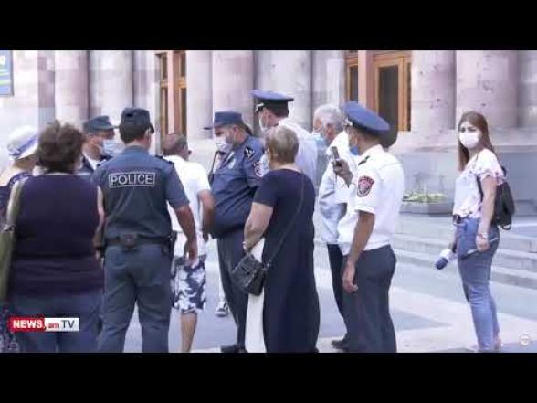 Բողոքի ակցիա իրականացնող՝ Եկմալյան փողոցի բնակչին Կառավարության շենքի դիմացից բերման ենթարկեցին (տեսանյութ)