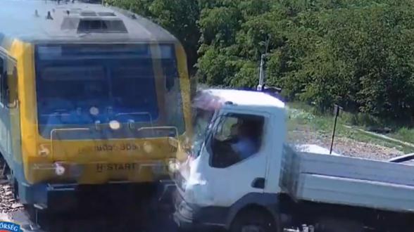 Поезд сбил грузовик на переезде в Венгрии (видео)