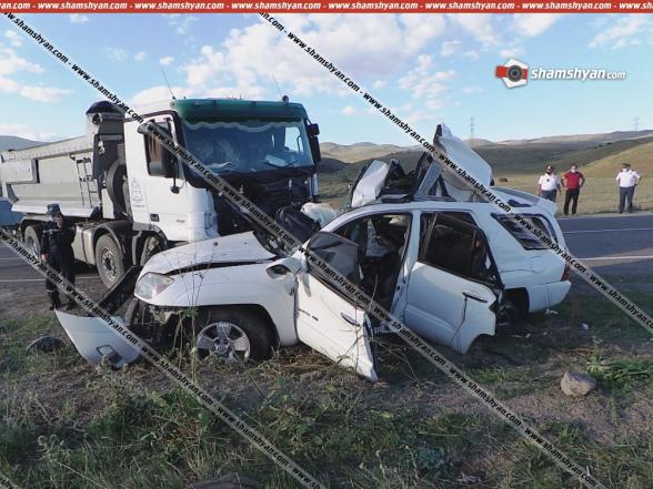Սյունիքի մարզում բախվել են «Mercedes» բեռնատարն ու Toyota-ն. ընտանիքի 4 անդամները տեղում մահացել են