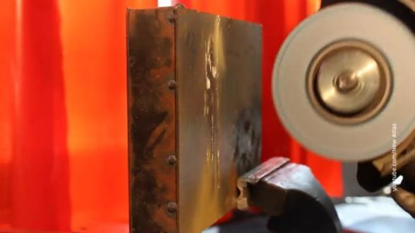 Ученые создали первый в мире материал, который невозможно разрезать (видео)