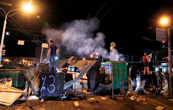 Մինսկում բախումներ են տեղի ունեցել ցուցարարների և ՕՄՕՆ-ականների միջև, հնչել են կրակոցներ և պայթյուններ