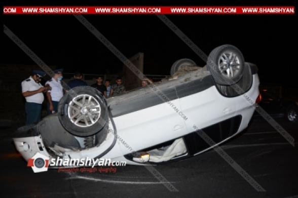Երևանի Այվազովսկու փողոցում Volkswagen-ի վարորդը բախվել է կայանված Mercedes-ին և առաջ ընթանալով՝ գլխիվայր հայտնվել ճանապարհի մեջտեղում