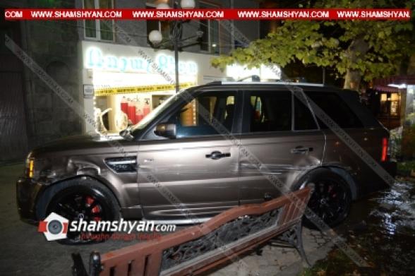 Երևանում բախվել են Range Rover-ն ու Chevrolet-ն, Range-ն էլ դուրս է եկել երթեկելի գոտուց և հայտնվել հետիոտնի համար նախատեսված մայթին