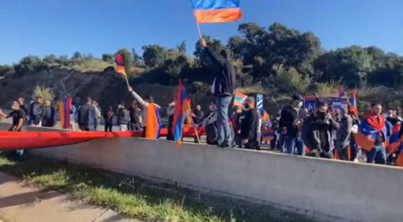 «Испания должна признать независимость Арцаха»: Армяне перекрыли автомагистраль Испания-Франция (видео)