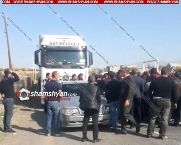 Լարված իրավիճակ Երևան-Գյումրի ճանապարհին. քաղաքացիներն արգելում են թուրքական բեռնատարների շարժը