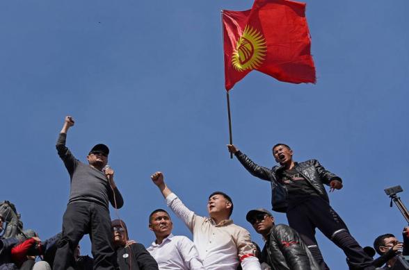 В двух городах Киргизии проходят митинги против Макрона