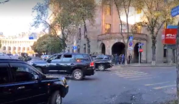Пашинян защищается от народа уже автоколоннами (видео)