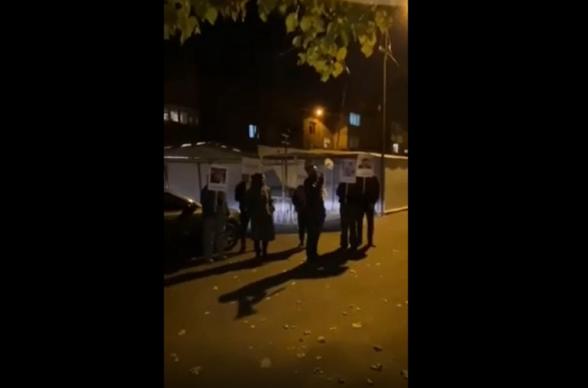 Բողոքի ակցիաներ «Իմ քայլը» խմբակցության պատգամավորների բակերում. քաղաքացիները նրանց մեղադրում են Արցախը հանձնելու և ժողովրդին դավաճանելու մեջ (տեսանյութ)