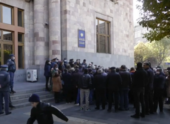 Акция протеста солдат-срочников перед зданием Правительства РА (прямой эфир)
