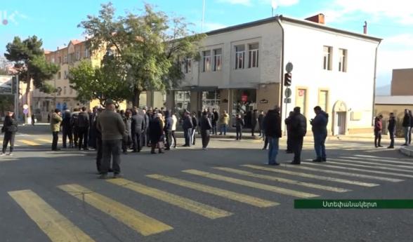 Անհետ կորածների ծնողներն ու հարազատները Ստեփանակերտում փողոց են փակել. պահանջում են լուծում տալ իրենց խնդրին (տեսանյութ)