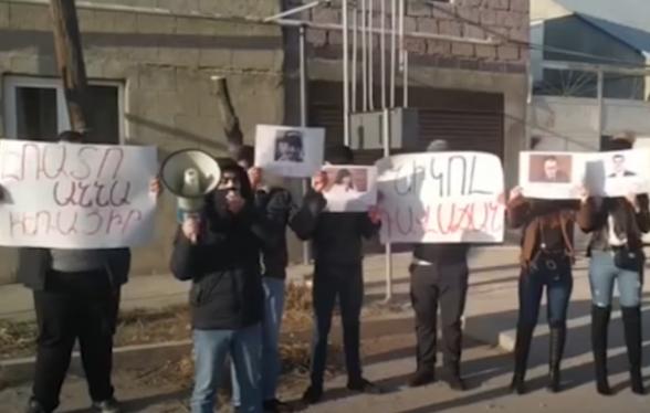 «Դուք դավաճան եք». ԱԺ «Իմ քայլը» խմբակցության պատգամավորների տների մոտ բողոքի ակցիաներ են տեղի ունենում (տեսանյութ)
