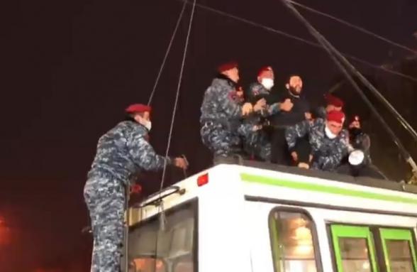 Граждане проводят акции неповиновения с требованием отставки Пашиняна: полицейские применили грубую силу (видео)