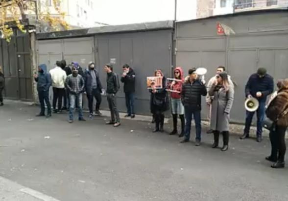 Հարձակվել են իմքայլական պատգամավոր Մերի Գալստյանի շենքի բակում խաղաղ ցույց իրականացնողների վրա (տեսանյութ)