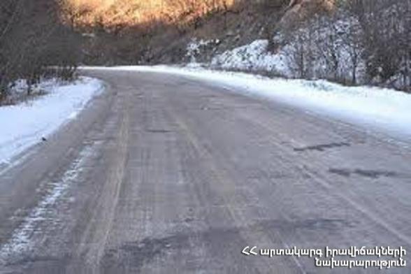 Երևան-Սևան ավտոճանապարհի 16-39-րդ կմ-երին, Գեղարքունիքի մարզի բոլոր ճանապարհներին տեղ-տեղ առկա է մերկասառույց․ Լարսը փակ է, ռուսական կողմում կա կուտակված 450 բեռնատար