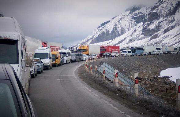 Автодорога Степанцминда-Ларс открыта только для пассажирских транспортных средств: со стороны России скопилось 820 грузовиков