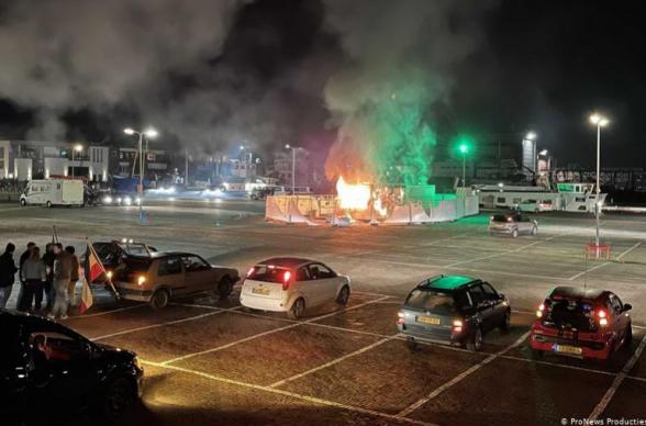 Նիդեռլանդներում կարանտինին ընդդիմացողները հրդեհել են COVID-19-ի թեստավորման կենտրոնը. ոստիկանությունը ջրցան մեքենաներ, արցունքաբեր գազ և մահակներ է կիրառել