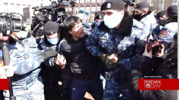 Ոստիկանները բռնի ուժ գործադրելով բերման ենթարկեցին քաղաքացիների (տեսանյութ)