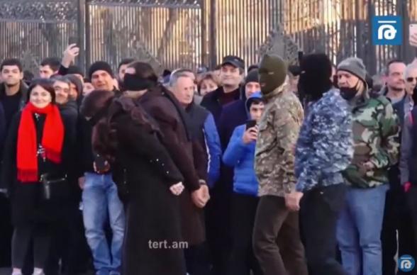 У парламента Армении показали футуристическое представление «Расстрел Чаушеску или смерть предателям!»