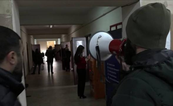 «Людей незаконно отвозят на площадь – для обеспечения массовки»: граждане провели акцию в здании муниципалитета Арабкира (видео)