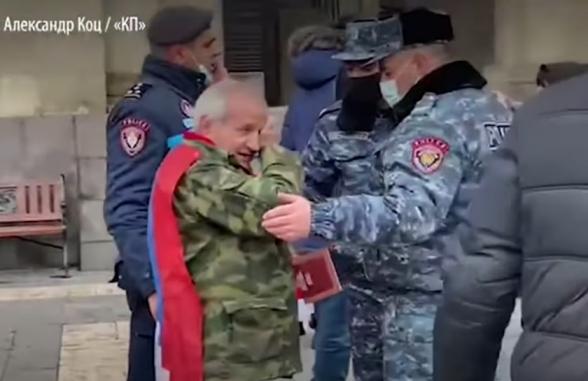 Сторонники Пашиняна напали на требующего его отставки старика