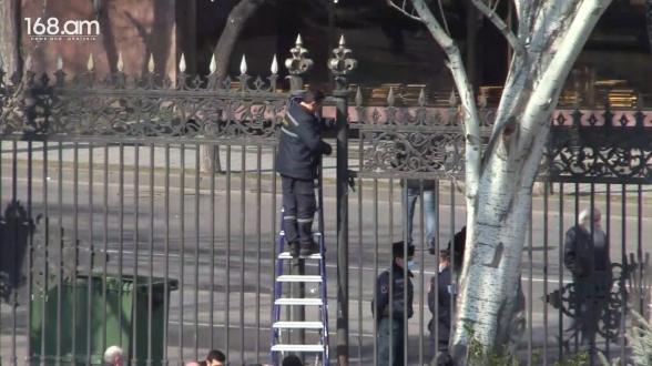 Ազգային ժողովի դարպասները զոդել են (տեսանյութ)