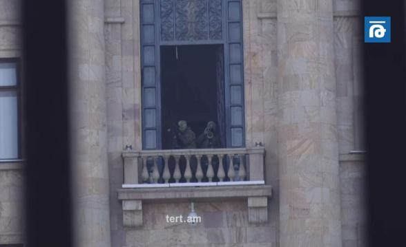 Снайперы на балконах, светошумовые гранаты по периметру здания НС (видео)