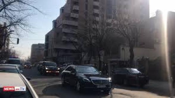 Пашинян приехал в НС в сопровождении большого количества охраны