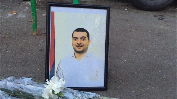 Эффект бумеранга: граждане возложили венок во дворе депутата Грачья Акопяна (видео)